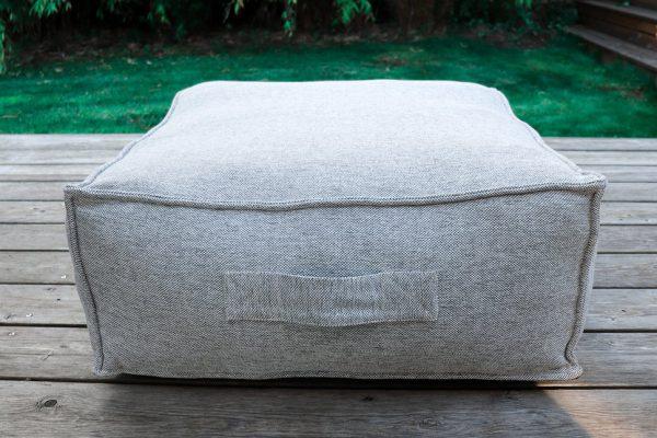 C-2 Edge nowoczesny zestaw ogrodowy z tkaniny TroisPommes Home luksusowe meble ogrodowe elementy zestawu pufa siedzisko kolor jasny szary melanż