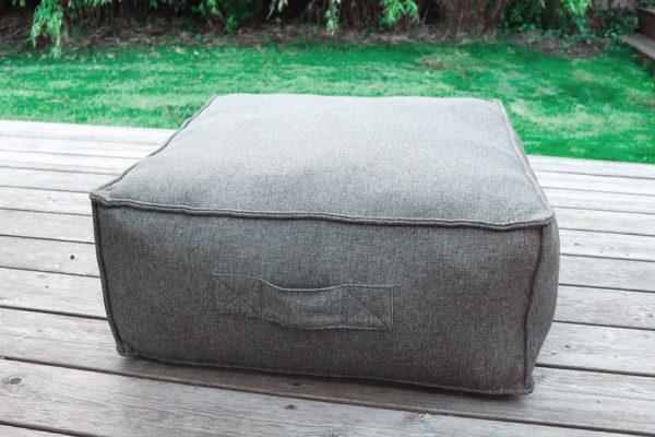 C-2 Edge nowoczesny zestaw ogrodowy z tkaniny TroisPommes Home luksusowe meble ogrodowe elementy zestawu pufa siedzisko kolor ciemny szary melanż