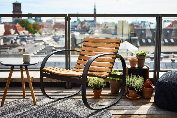 Parc ogrodowy fotel bujany z drewna teakowego Cane-line luksusowe meble ogrodowe