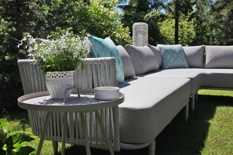 Coma Club meble ogrodowe wypoczynkowe sofa ogrodowa 2 osobowa podłokietnik jasnoszara lina aluminium stolik Cala poduszki Doble turkusowe Twojasiesta luksusowe meble ogrodowe
