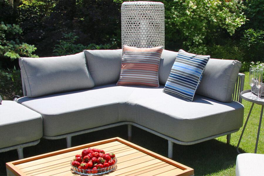 Coma Club meble ogrodowe wypoczynkowe sofa ogrodowa narożna rogowa jasnoszara lina aluminium poduszki ozdobne Doble paski lampa ogrodowa Silo