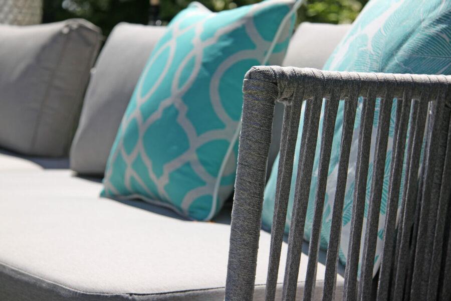 Coma Garden eleganckie meble ogrodowe aluminium lina jasnoszara podłokietniki poduszki ozdobne turkusowe Doble rozeta i pióra Twojasiesta luksusowe meble ogrodowe