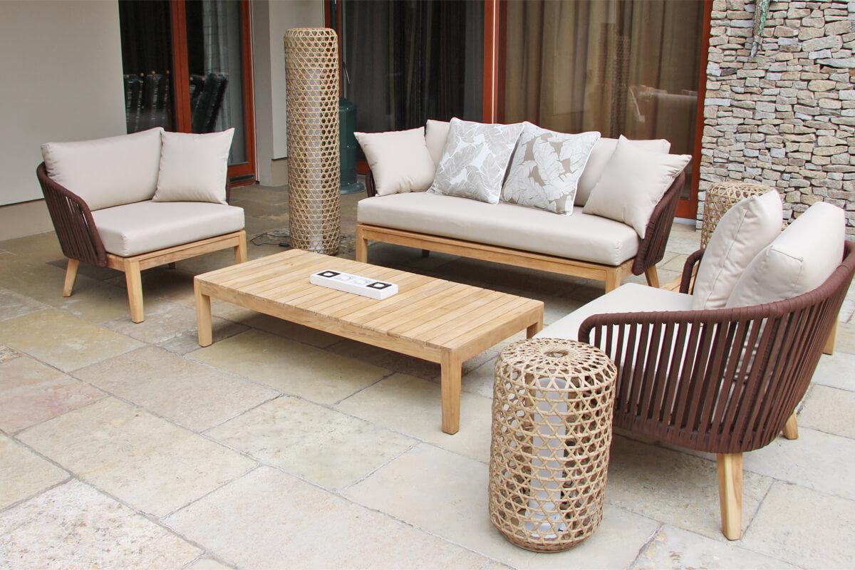Manacor meble ogrodowe komplet wypoczynkowy sofa 2 osobowa fotele ogrodowe stoliki kawowe poduszki Doble brązowe pióra lampa stojąca Silo oraz niższa Spelt Twojasiesta eleganckie meble ogrodowe
