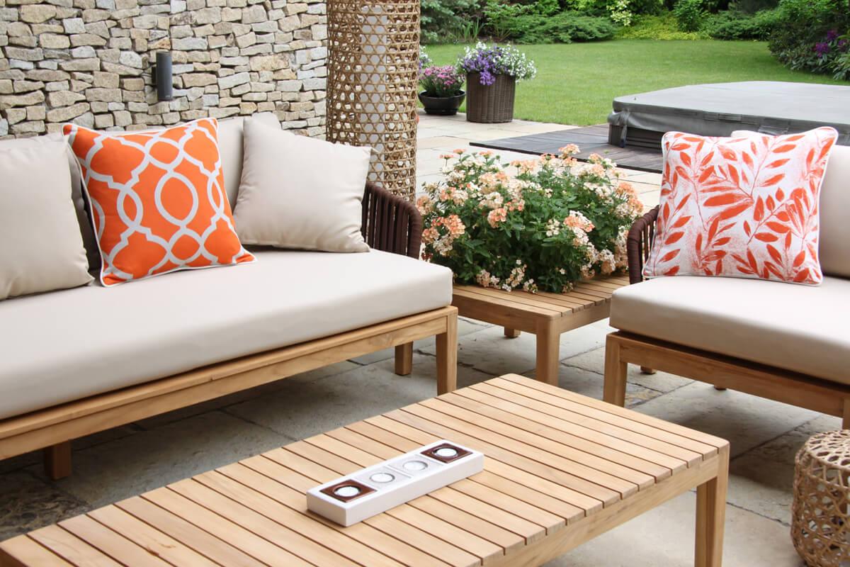 Manacor meble ogrodowe komplet wypoczynkowy sofa podwójna fotel stolik teak poduszki ozdobne Doble łososiowe liście rozeta Twojasiesta luksusowe meble ogrodowe